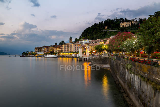 View of Lake Como and Bellagio village at dusk, Province of Como, Lake Como, Lombardy, Italian Lakes, Italy — Stock Photo