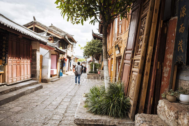 Traditional buildings on street, Lijiang, Yunnan Province, China, Asia — Stock Photo