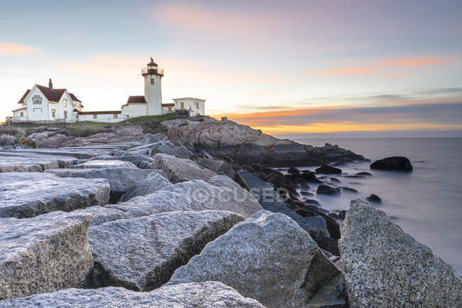 Coastal rocks and Easter Harbor Lighthouse at sunset, Gloucester, Massachusetts, New England, United States of America, North America — Stock Photo