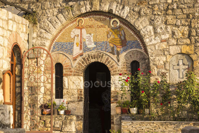 Fassade der Kirche St. Petka mit Topfpflanzen, Festung von Belgrad, Belgrad, Serbien, Europa — Stockfoto