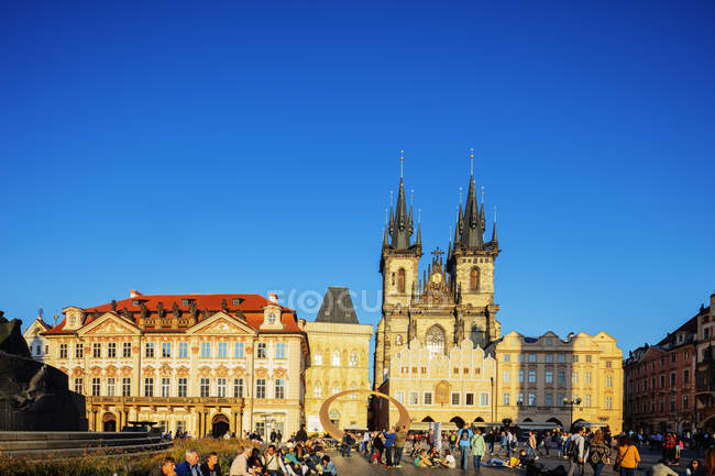 Touristes sur la place de la vieille ville sous un ciel dégagé, notre-dame de Tyn Eglise, Prague, République tchèque, Europe — Photo de stock