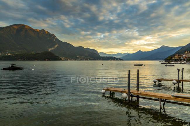 Вид на озеро Комо с пристаней и горы Лезено на рассвете, провинции Комо, озеро Комо, Ломбардия, итальянских озер, Италия, Европа — стоковое фото