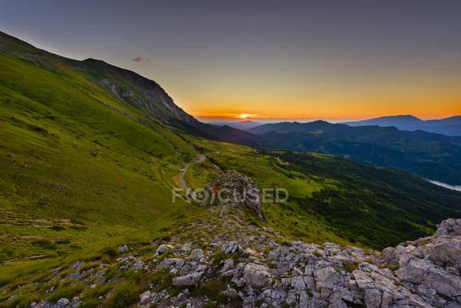 Landschaft von grünen Bergen bei Sonnenaufgang, Nationalpark Monti Sibillini, Umbrien, Italien — Stockfoto