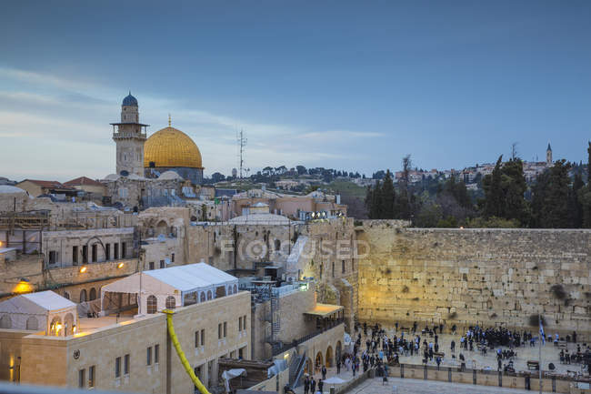 Illuminated Western Wall and the Dome of the Rock at dusk, Old City, Jerusalem, Israel, Middle East — Stock Photo