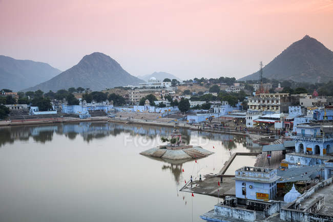 Pushkar Lake and bathing ghats at sunset, Pushkar, Rajasthan, India, Asia — Stock Photo