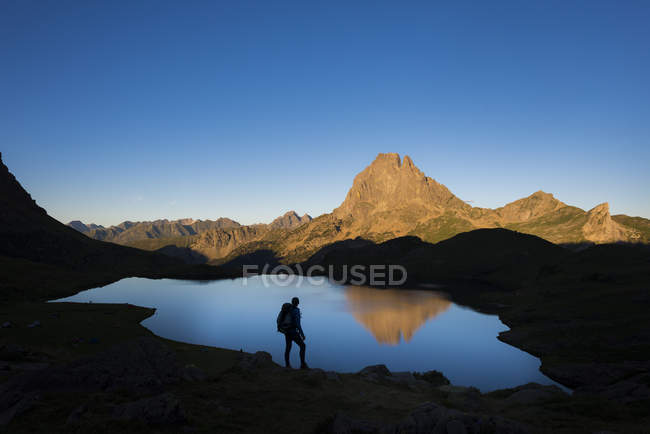 View of lake in rocky mountains under clear sky, Pyrenees Atlantiques, France, Europe — стокове фото
