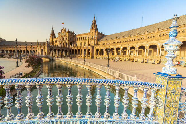Огляд каналу та portico від оформлені глазурованих керамічних балюстрадою, Plaza de Espana, Севілья, Андалусия, Іспанія, Європа — стокове фото