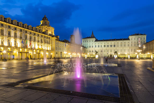 View of illuminated fountain on Piazza Castello with Palazzo Madama and Palazzo Reale at dusk, Turin, Piedmont, Italy, Europe — Stock Photo