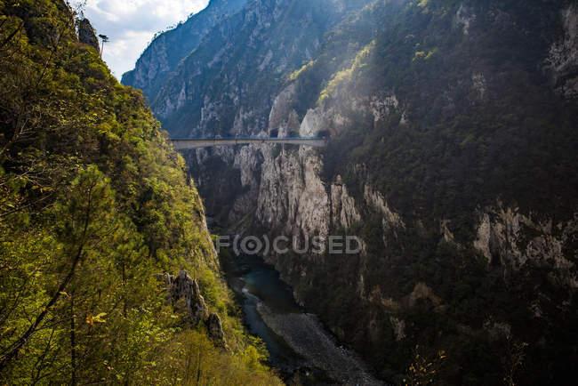 Brücke zwischen Klippen in Tara Canyon Schlucht, Durmitor National Park, Montenegro, Europa — Stockfoto