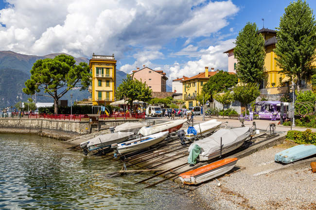 Вид лодки в гавани в Vezio и традиционных зданий на фоне, в провинции Комо, озеро Комо, Ломбардия, итальянских озер, Италия, Европа — стоковое фото