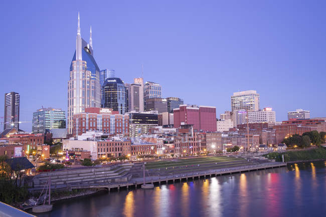 Illuminated modern buildings and skyline at dusk, Nashville, Tennessee, United States of America, North America — Stock Photo