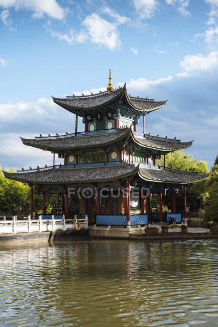 Екстер'єр традиційні пагода в Black Dragon басейн парк, Ліцзян, провінції Юньнань, Китай, Азії — стокове фото