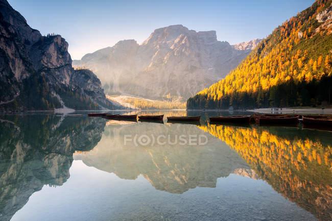 Lac de Braies alpine dans le Trentin-Haut-Adige à l'aube, Bolzano, province, Dolomites, Italie — Photo de stock