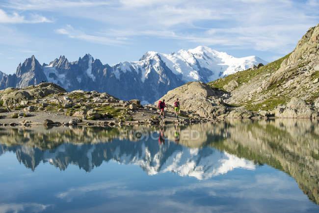Wanderer und Gipfel des Mont Blanc reflektiert in Lac Blanc in den französischen Alpen, Haute Savoie, Auvergne-Rhone-Alpes, Frankreich, Europa — Stockfoto