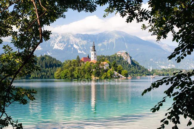 Kleine Insel mit Kirche mit Blick auf die Berge im Sommer, See Bled, Slowenien, Europa — Stockfoto