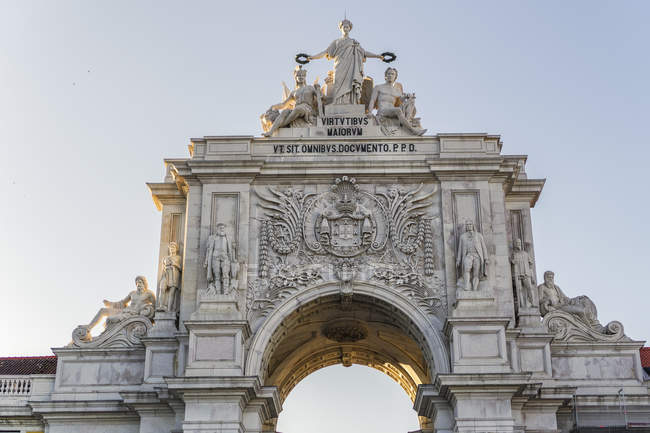 Detail of Rua Augusta triumphal Arch under clear sky, Lisbon, Portugal, Europe — Stock Photo