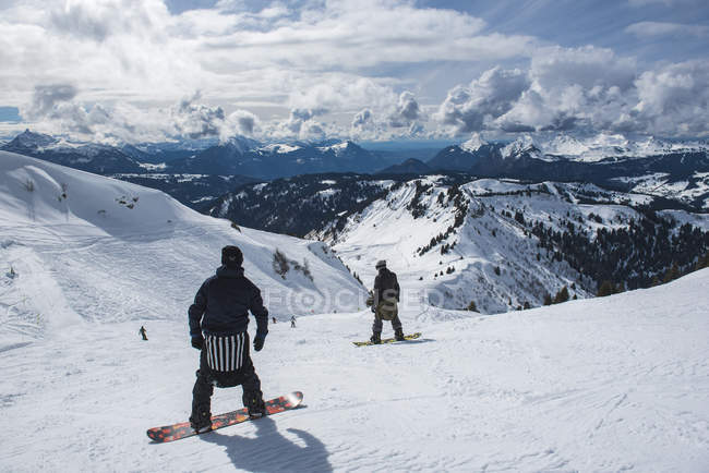 Snowboarders in the Morzine Ski Area, Port du Soleil, Auvergne Rhone Alpes, French Alps, France, Europe — стоковое фото
