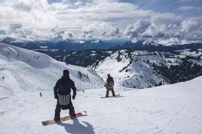 Сноубордистов в горнолыжном районе Морзин, Порт-дю-Солей, Оверни Рон Альпы, Французские Альпы, Франция, Европа — стоковое фото