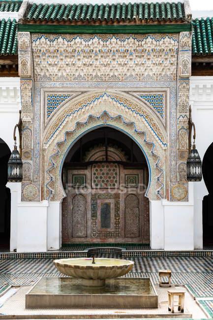 Bacia cinzelada monumental da entrada e dos abluções, Mesquita de karaouiyine, Medina de fez, Marrocos, África norte, África — Fotografia de Stock