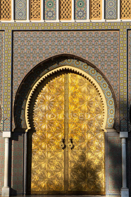 Imposing Moorish front gateway in evening sun, of the Dar el-Makhzen (Royal Palace), New Fez, Morocco, North Africa, Africa — Foto stock