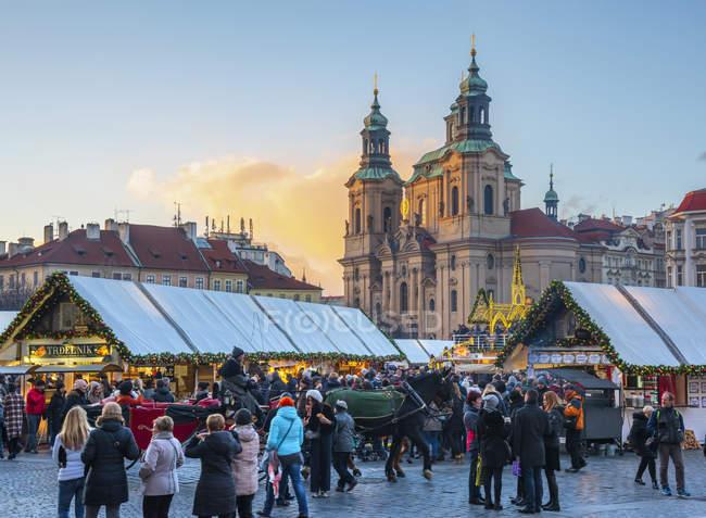 Church of St Nicholas and Christmas Market at sunset, Staromestske namesti (Old Town Square), Stare Mesto (Old Town), Prague, Czech Republic, Europe — Stock Photo