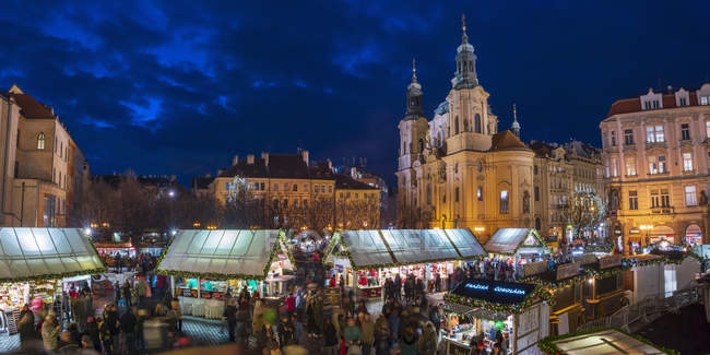 Illuminated Church of St Nicholas and Christmas Market, Staromestske namesti (Old Town Square), Stare Mesto (Old Town), Prague, Czech Republic, Europe — Stock Photo