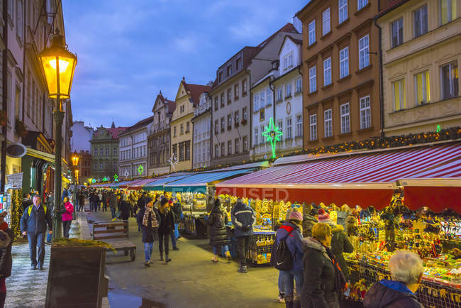 Illuminated Christmas Market in dusk city, Staromestske namesti (Old Town Square), Stare Mesto (Old Town), Prague, Czech Republic, Europe — Stock Photo