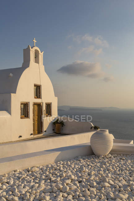 View of traditional white washed church at sunset in Oia, Santorini, Cyclades, Aegean Islands, Greek Islands, Greece, Europe — Stock Photo