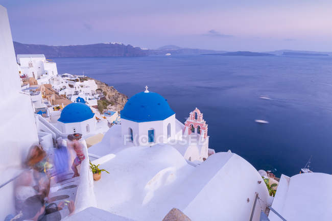 View of Oia village with blue domes at dusk, Santorini, Cyclades, Aegean Islands, Greek Islands, Greece, Europe — Stock Photo