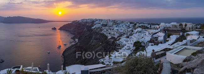 Panoramic view of Oia village at sunset, Santorini, Cyclades, Aegean Islands, Greek Islands, Greece, Europe — Stock Photo
