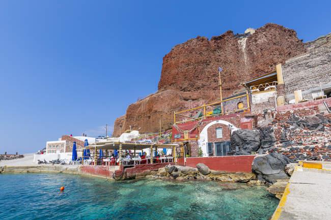 Vista del restaurante de al aire libre en little harbour, Santorini, Cyclades, Islas del Egeo, islas griegas, Grecia, Europa - foto de stock