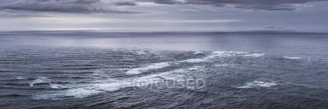 Vue panoramique de la réunion de la mer, la mer de Tasman et l'océan Pacifique, le cap Reinga (Te Rerenga Wairua), North Island, Nouvelle-Zélande, Pacifique — Photo de stock