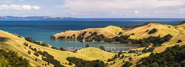 Панорамний вид на західному узбережжі Coromandel півострова, Північного острова, Нова Зеландія, тихоокеанський — стокове фото