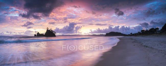 Vista panoramica del cielo drammatico sopra la spiaggia di Whangapoua all'alba, Pungapunga isola, penisola di Coromandel, North Island, Nuova Zelanda, Pacifico — Foto stock