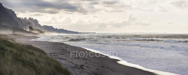 Панорамний вид на пляж Matata в sunset Bay безліч, Тихоокеанського Північного острова, Нова Зеландія, — стокове фото