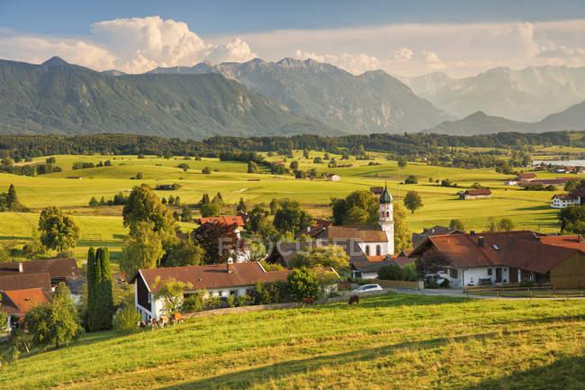 Vue sur été campagne et montagne, Haute-Bavière, Alpes bavaroises, Bavière, Allemagne, Europe — Photo de stock