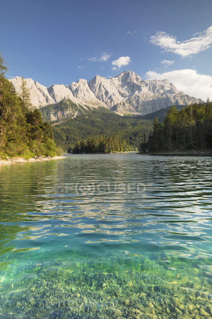 Landscape of picturesque Eibsee Lake and Zugspitze Mountain, near Grainau, Werdenfelser Land range, Upper Bavaria, Bavaria, Germany, Europe — Stock Photo
