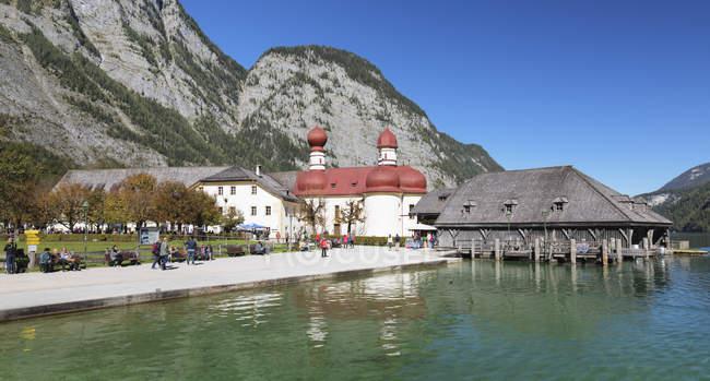 Vue de l'église Saint-Barthélémy et des montagnes Rocheuses, lac Koenigssee, Berchtesgadener Land, parc National de Berchtesgaden, Haute Bavière, Bavière, Allemagne, Europe — Photo de stock