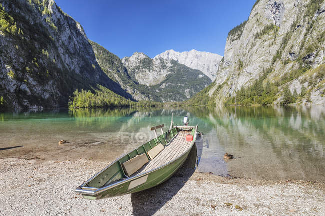 Fishing boat on Lake Obersee with Watzmann Mountain on background, Berchtesgadener Land, Berchtesgaden National Park, Upper Bavaria, Bavaria, Germany — стокове фото