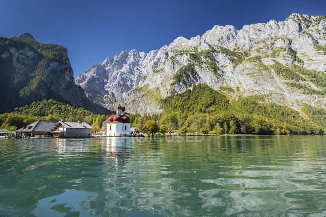 Vue de l'église de Saint-Barthélémy et montagnes Rocheuses avec le parc National de lac Koenigssee, Berchtesgaden, Berchtesgaden, Haute Bavière, Bavière, Allemagne, Europe — Photo de stock