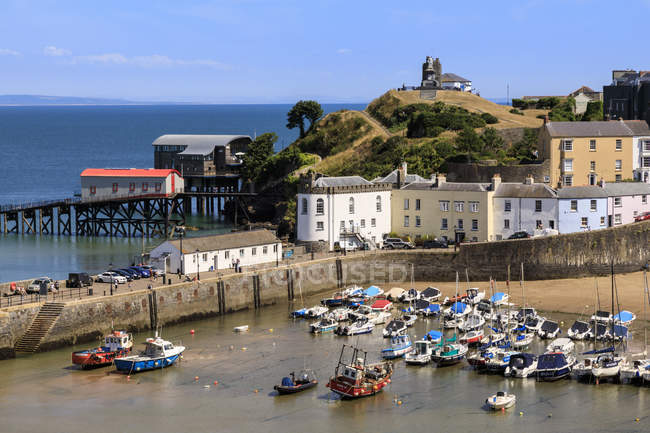 Harbour Beach, boats, colourful historic buildings, Castle Hill, lifeboat station on sunny day, Tenby, Pembrokeshire, Wales, United Kingdom, Europe — Stock Photo