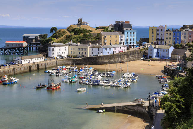 Harbour Beach, boats, colourful historic buildings, Castle Hill, lifeboat station on a sunny day, Tenby, Pembrokeshire, Wales, Europe — Stock Photo