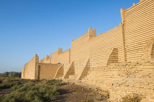 Реконструированный развалинах Вавилона под голубым небом, Ирак, Ближний Восток — стоковое фото