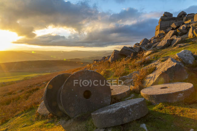 Millstones on field at Curbar Edge during sunset in Peak District National Park, England, Europe — Stock Photo