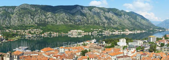Vista aérea da cidade velha Kotor com os edifícios Red-roofed, Montenegro, Europa — Fotografia de Stock