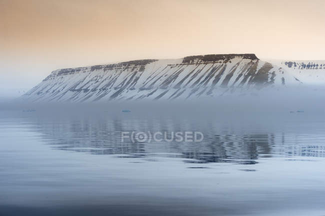 Ethereal Spitsbergen cliff at sunset in Hinlopen Strait, Norway, Europe — Stock Photo
