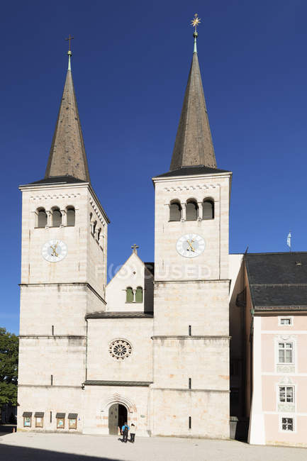 Church of St. Peter and St. Johannes under clear sky in Berchtesgaden, Germany, Europe — Stock Photo