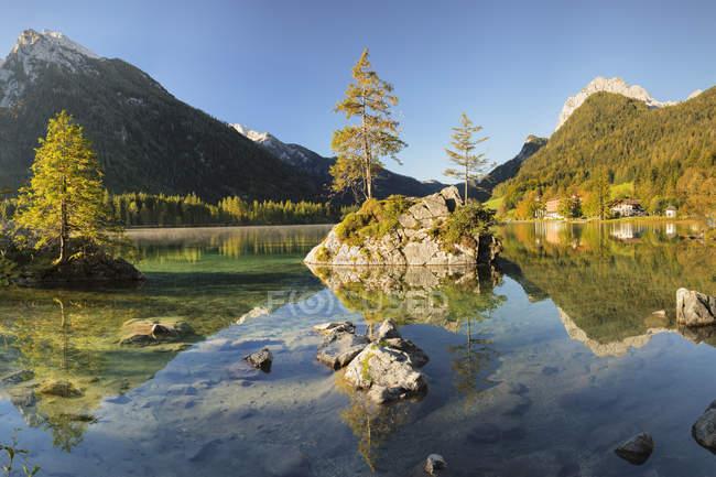 Спокойное живописное озеро Хинтерзее в Национальном парке Берхтесгаден, Германия, Европа — стоковое фото