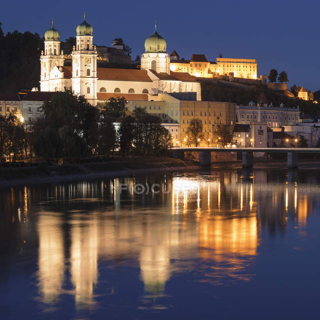 Illuminated Saint Stephen Cathedral at night in Passau, Germany, Europe — Stock Photo