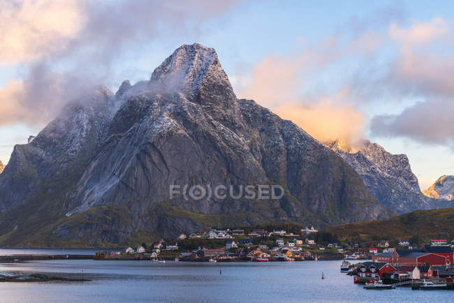 Olstinden mountain above town at sunset in Reine, Moskenes, Norway, Europe — Stock Photo